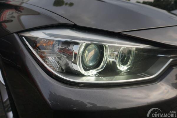 Gambar menunjukkan desain bagian Lampu depan pada mobil BMW 320d 2014