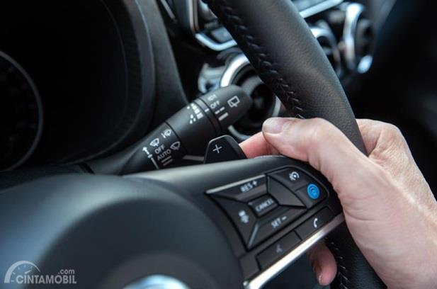 Setir Nissan Juke 2019 dikemas dengan beberapa tombol multifungsi yang mempermudah proses berkendara Anda