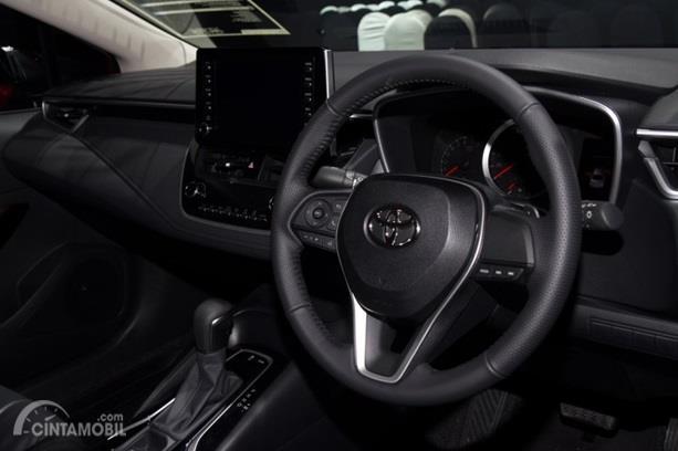 Dashboard Toyota Corolla Altis GR Sport 2019 menghadirkan fitur-fitur lengkap mulai dari panel Head Unit Touchscreen 8 inci hingga AC otomatis