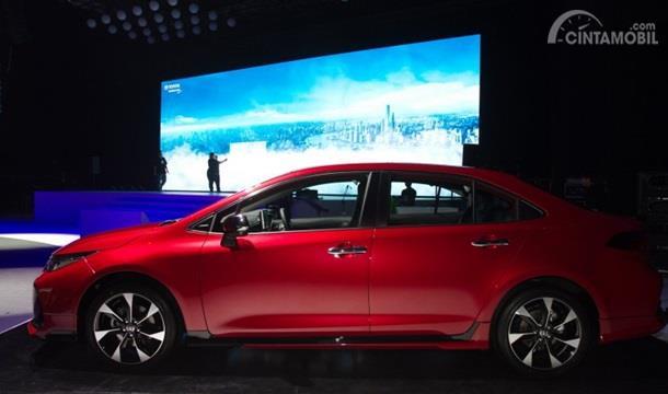 Eksterior Samping Toyota Corolla Altis GR Sport 2019 mengalami ubahan pada desain peleknya