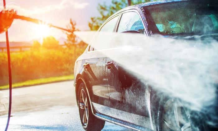 Mencuci mobil dengan menyemprot air