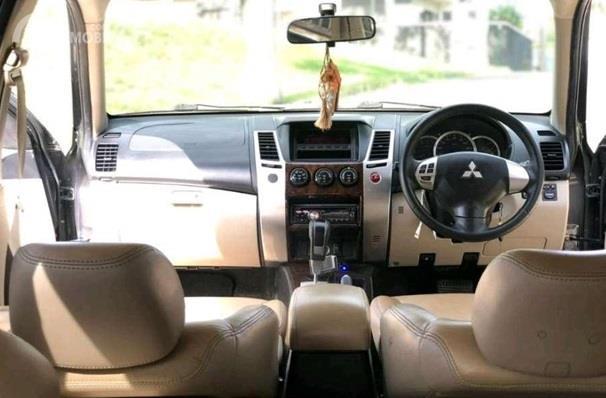 Dashboard Mitsubishi Pajero Sport 2009 dikemas sangat elegan dengan kombinasi warna Beige dan hitam