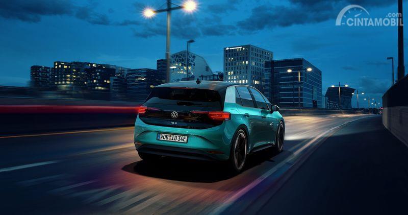 bagian belakang Volkswagen ID.3 2019 berwarna hijau