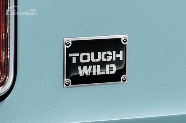 Eksterior belakang Suzuki Hustler 2018 dihias apik dengan Emblem bertuliskan Tough Wild, sukses menyampaikan identitasnya
