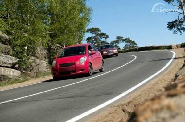 mobil di jalan menurun
