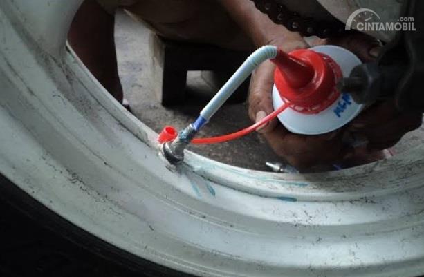 Menambal Ban Tubeless Cairan Anti Bocor adalah metode paling efektif yang diklaim aman asal menggunakan cairan non-Ph