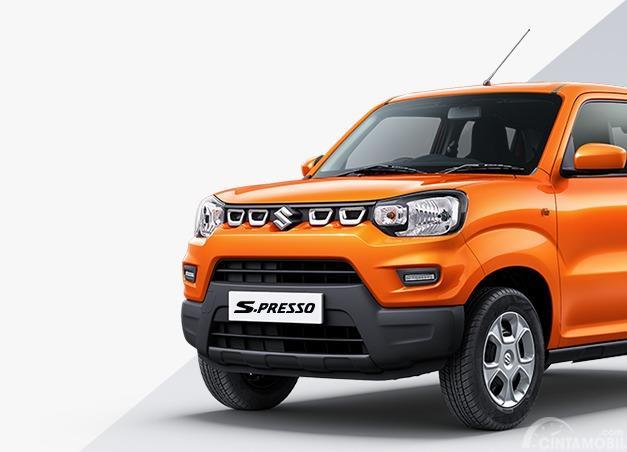 Gambar menunjukkan Tampak depan mobil Suzuki S-Presso 2019 berwrna orange