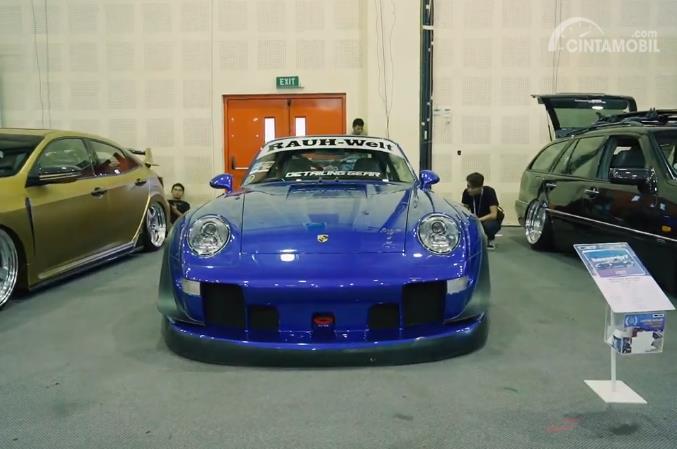 mobil modifikasi Porsche RWB berwarna biru