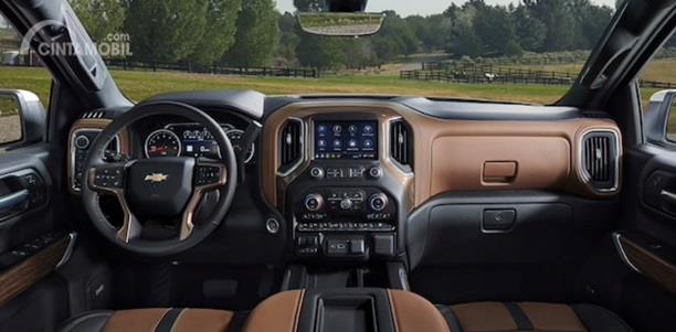 Dashboard Chevrolet Silverado 2020 menggunakan kombinasi warna hitam dan cokelat, memberi kesan Premium sekaligus elegan
