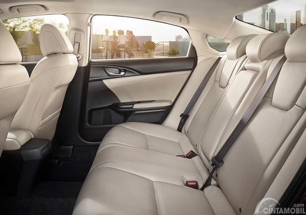 Kursi Honda Insight 2020 mampu menampung hingga lima orang sekaligus dan sudah dibekali Head Rest di semua kursinya