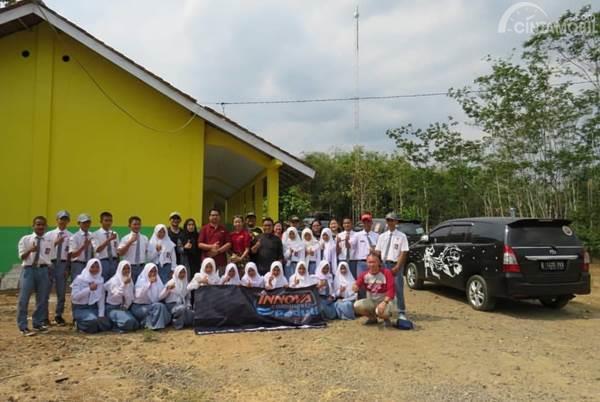 Siswa di Cilacap bersama member IC