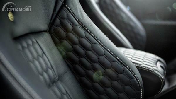Gambar menunjukkan desain bagian Interior dari mobil Jeep Wrangle Black Hawk Military Edition