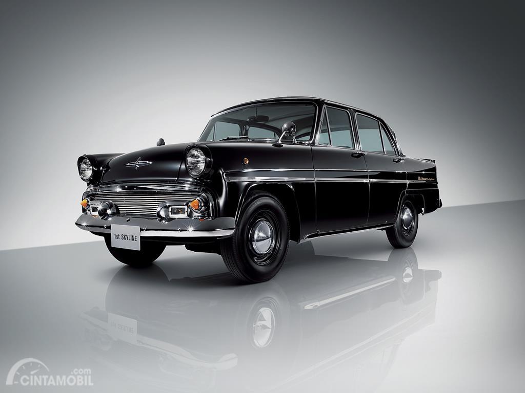 Gambar menunjukkan Prince Skyline Deluxe 1957 berwarna hitam dilihat dari sisi depan