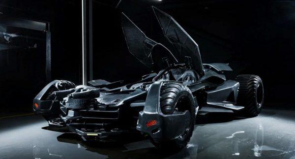 Foto replika Batmobile dengan kanopi terbuka