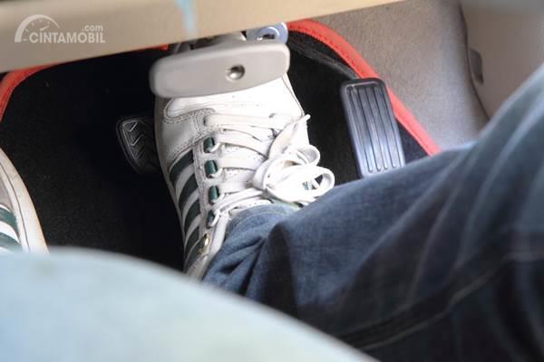 injak pedal rem mobil