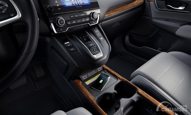 Fitur Hiburan Honda CR-V 2020 sudah dilengkapi dengan Wireless Charging yang dapat mengisi daya Smartphone yang sudah didukung fitur serupa