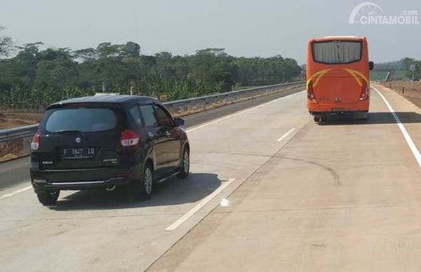 mobil dan bus di jalan