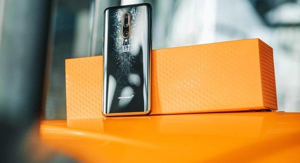 Gambar menunjukkan packaging dari OnePlus 7T Pro McLaren Edition