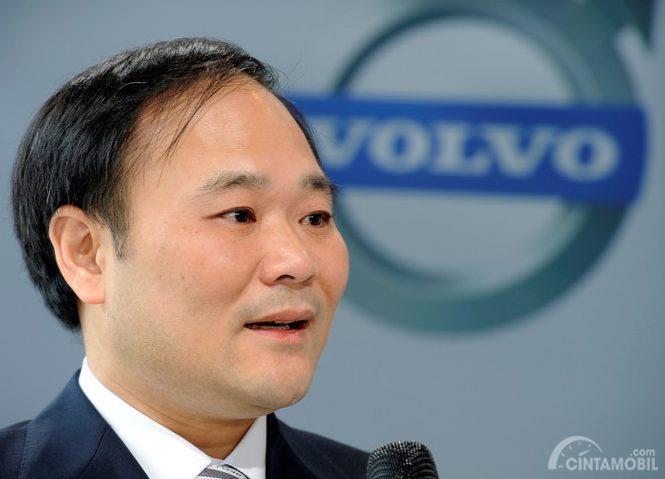 Li Shufu berbicara di depan logo Volvo berwarna biru
