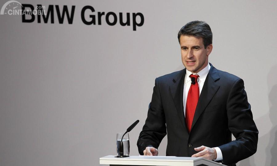 Stefan Quandt berbicara di depan logo BMW Group