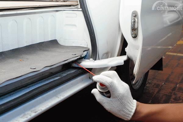 Foto ilustrasi membersihkan rel dan jalur pada pintu geser manual