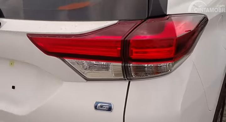 Gambar menunjukkan emblem Toyota Rush tipe G warna putih