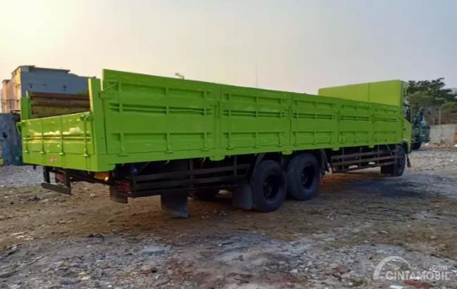 bagian belakang truk Hino berwarna hijau