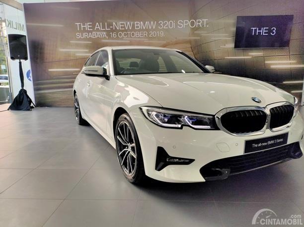 BMW 320i adalah sedan sport legendaris besutan BMW yang punya kelebihan soal kecepatan, Handling dan berbagai kelebihan lainnya