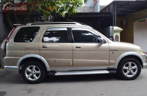 Gambar menunjukkan Tampilan samping Daihatsu Taruna FGX Oxxy 2005