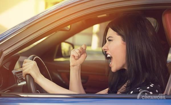 pengemudi wanita emosi