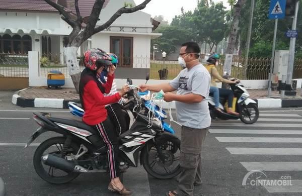 pembagian masker di jalan