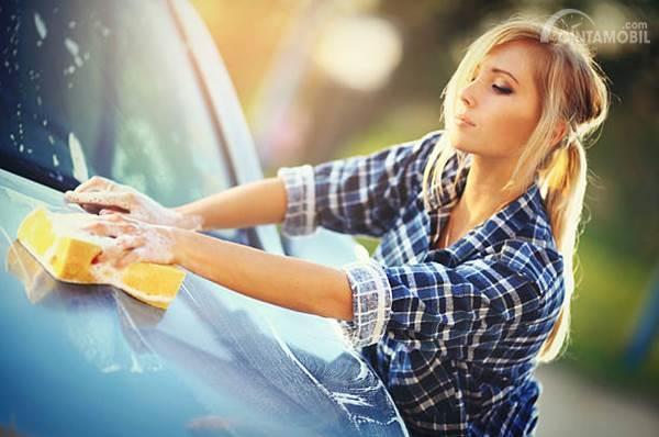 5 Kesalahan Mencuci Mobil yang Membuat Cat Jadi Rusak