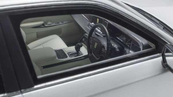 Foto interior dari diecast Toyota Century GRMN buatan Kyosho
