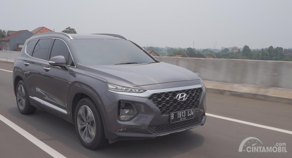 Hyundai Santa Fe XG CRDi 2019 berwarna abu-abu melaju di jalanan