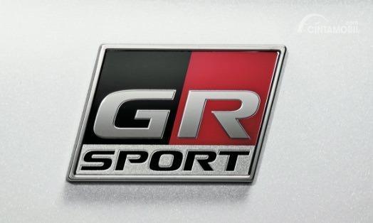 Gambar menunjukkan emblem dari mobil Toyota C-HR GR Sport 2019