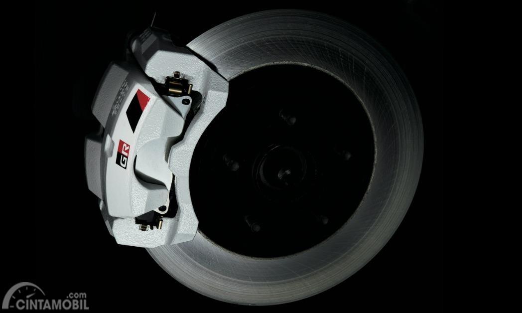 Gambar menunjukkan rem cakram Toyota C-HR GR Sport 2019