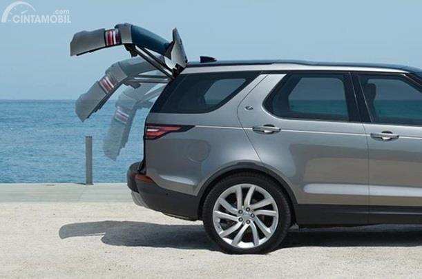 Bagasi Land Rover Discovery mampu ditingkatkan hingga 1.231 Liter dan punya fitur andalan yakni Powered Gesture Tailgate