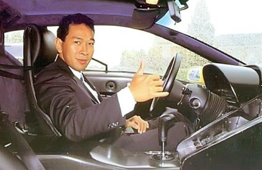 Tommy Soeharto ketika masih muda di era tahun 1990-an, sedang berfoto di dalam kabin mobil
