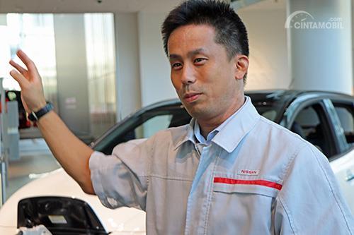 Gambar menunjukkan Ryusuke Hayashi, manajer senior operasi EV di Nissan