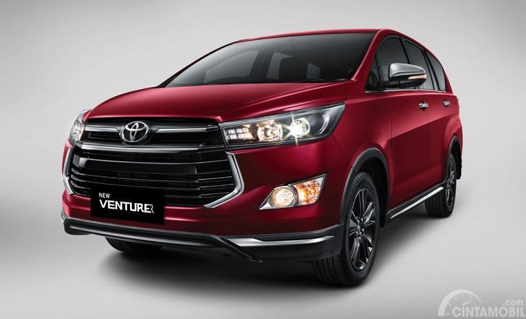 Gambar menunjukkan Toyota Venturer Indonesia berwarna merah