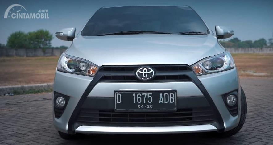 Gambar menunjukkan sebuah mobil Toyota Yaris G 2014 silver