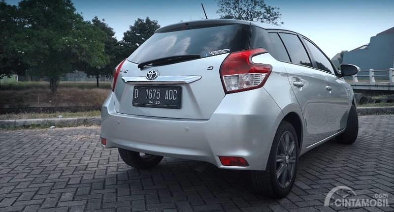 Gambar sebuah mobil Toyota Yaris G 2014 berwarna silver dilihat dari sisi belakang