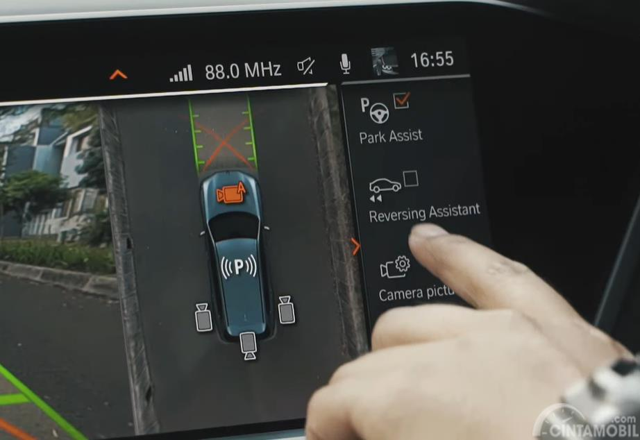 Foto Reversing Assistant BMW X7 2019, fitur mundur otomatis