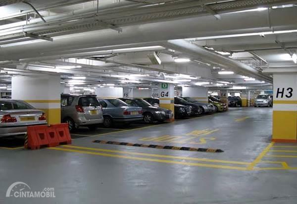 mobil parkir di gedung