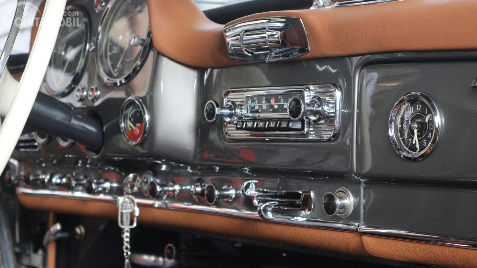 Foto Mercedes-Benz 190 SL 1956 dari sisi audio