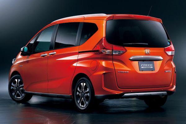 Gambar sebuah mobil Honda Freed Crosstar 2020 berwarna merah dilihat dari tampak belakang