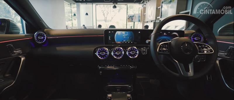 Gambar menunjukan dashbord Mercedes-Benz A200 Sedan 2019