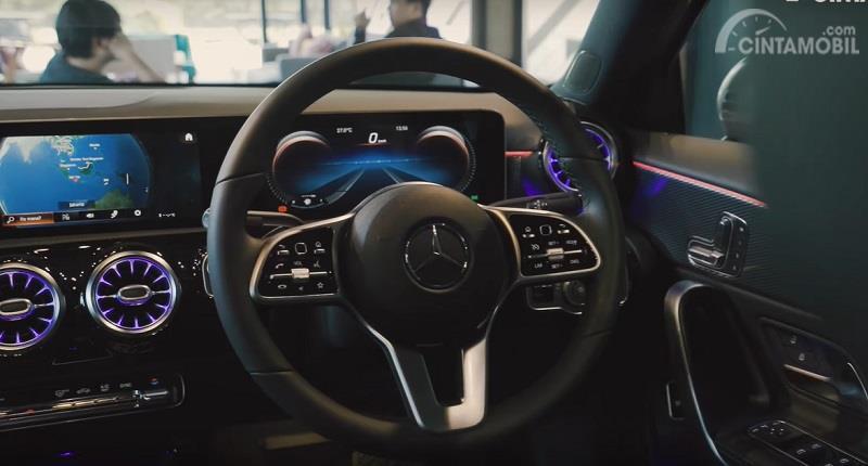 Gambar menunjukan stir kemudi Mercedes-Benz A200 Sedan 2019