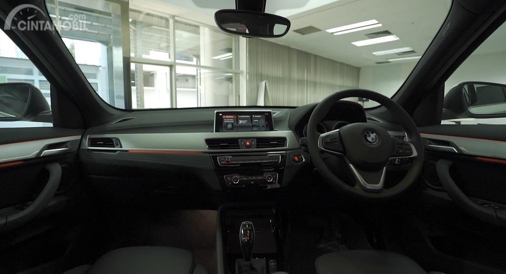 dashboard BMW X1 sDrive xLine 2020 berwarna hitam