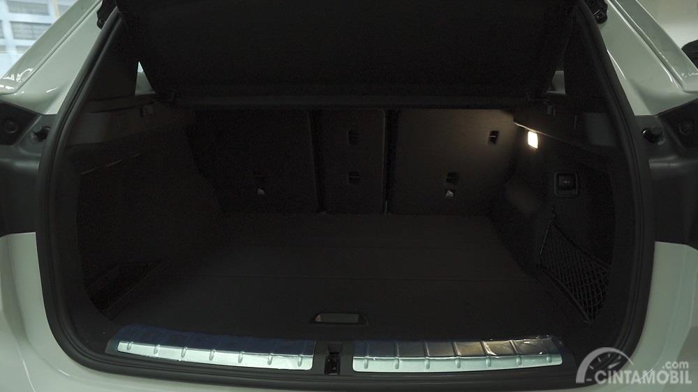 bagasi BMW X1 sDrive xLine 2020 berwarna hitam